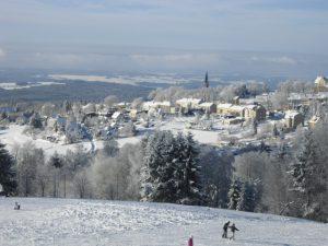 Wintersport: Blick auf Schöneck im Winter